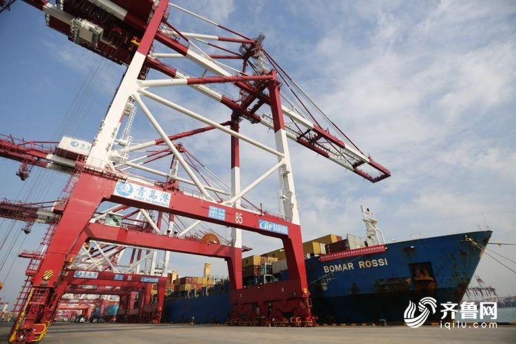 10月26日,山东省港口集团•地中海航运公司青岛港东南亚集装箱航线正式首航。(张进刚  摄3)电话 13854260100.jpg