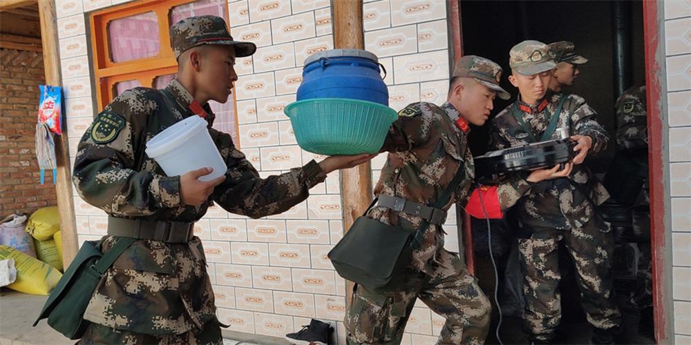 甘肃夏河县地震受灾情况排查中 武警抵达抢救百姓物资