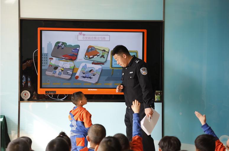聊城高速交警走进幼儿园 带着萌娃学安全