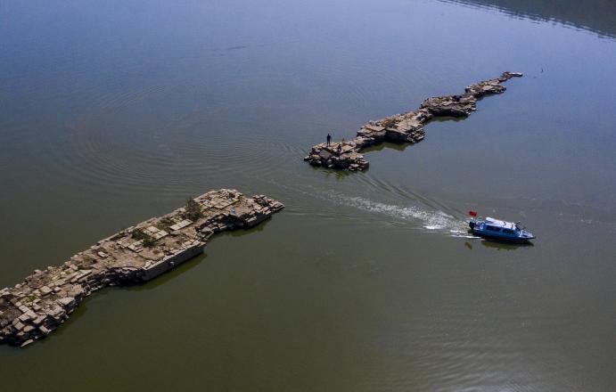 江西新余仙女湖水位下降 明代万年桥浮出水面