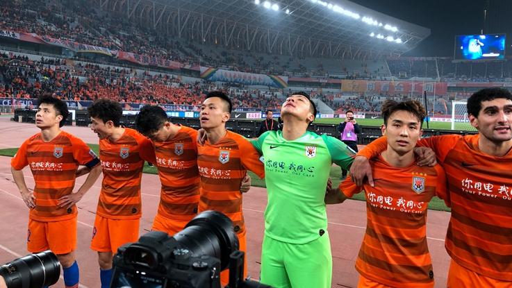 鲁能众将赛后齐谢场 王大雷挥手致谢球迷