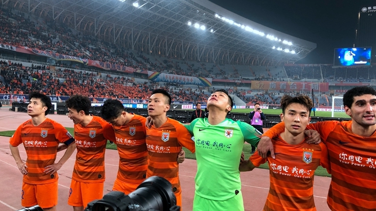 魯能眾將賽后齊謝場 王大雷揮手致謝球迷