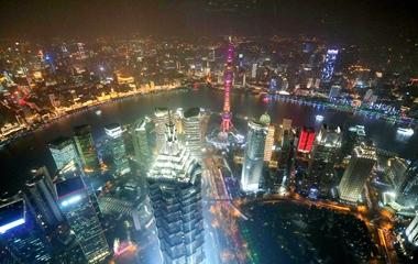 上海喜迎进博会 浦江两岸上演璀璨灯光秀