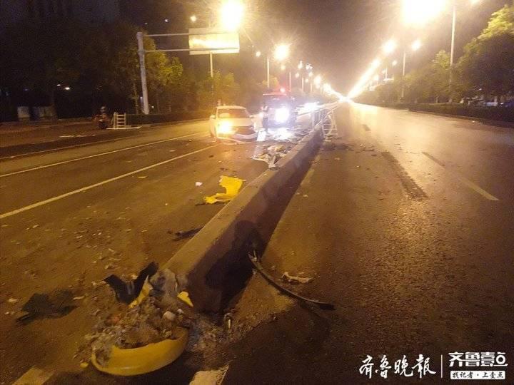 泰安东岳大街两车相撞,护栏被撞烂近10米
