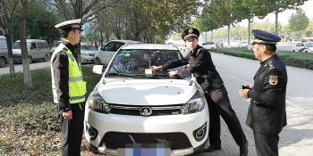 """治理违法停车 张店城管也可""""贴罚单"""""""
