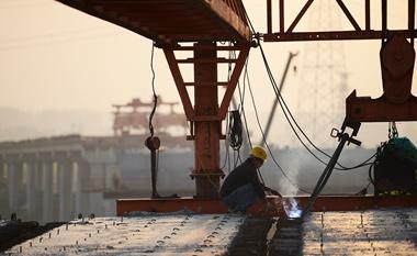 山東棗莊:棗菏高速跨津浦鐵路轉體橋正緊張施工