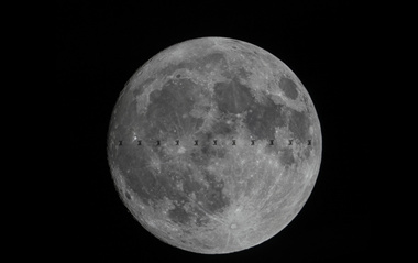 攝影師抓拍空間站在月球前方穿過壯觀景象