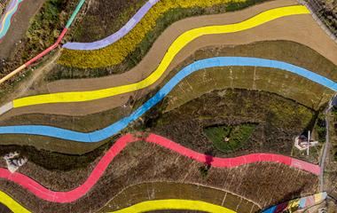 航拍青岛生态观光园 装饰景观如五彩飘带色彩斑斓