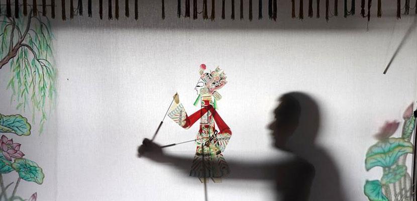 河北迁安:农民夫妇传承皮影文化