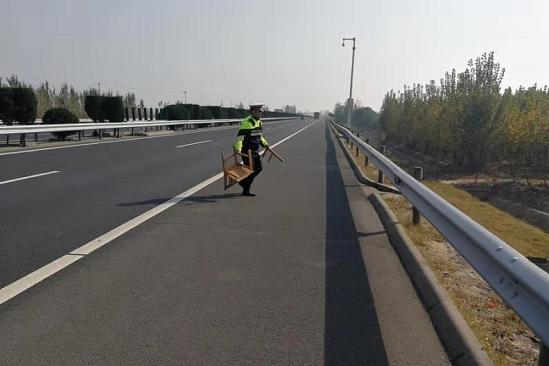 聊城高速交警及时清理路面洒落物 为群众出行保驾护航