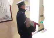 """19秒暖心闻丨小女孩遇事故头部受伤,德州交警""""公主抱""""飞奔送医"""