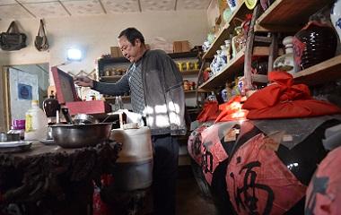 58歲男子獨手古法釀酒 傳承手工釀酒年入7萬