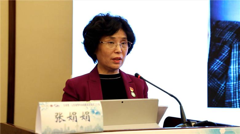 """9白求恩基金会张娟娟秘书长宣读《关于成立""""白求恩·山东省骨科加速康复联盟""""的决定》。"""