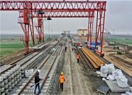 东营港疏港铁路铺轨施工有序进行