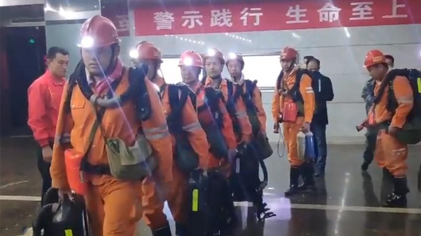 山东梁宝寺煤矿11名被困矿工成功升井