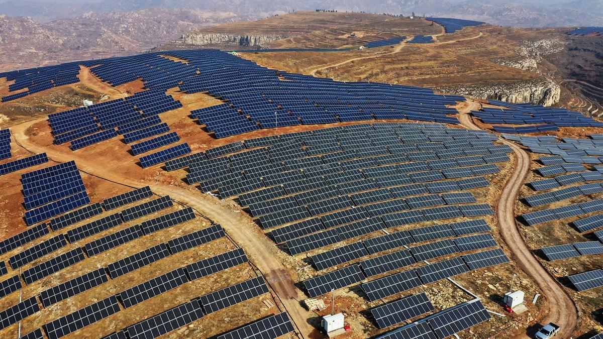 航拍:昔日荒山变今日发电站 枣庄打造新能源产业