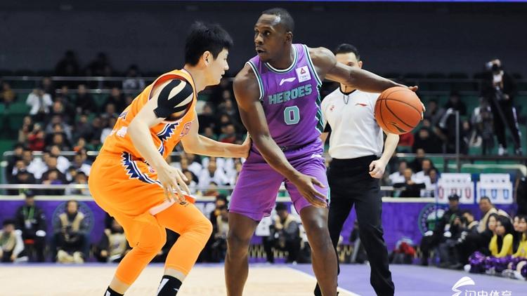 山东男篮主场大胜上海,哈德森里突外传势不可挡