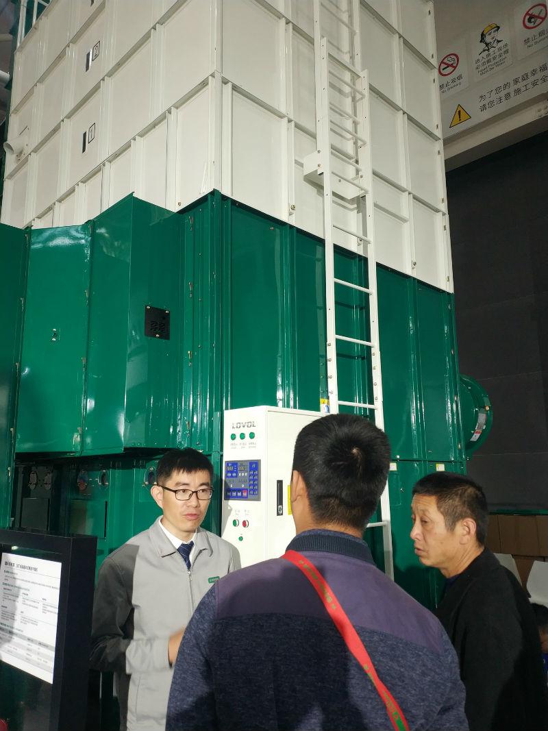 雷沃工作人员为用户讲解雷沃烘干机产品