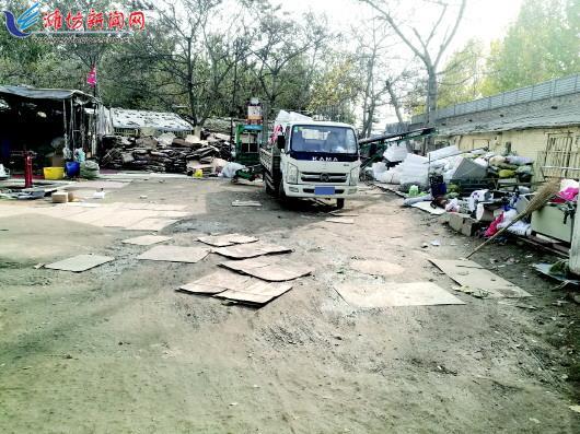 位于玉清东街与文化路交叉口附近的一处废品收购站,生意冷清。