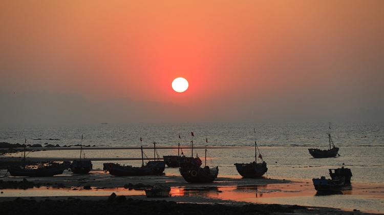 渔舟唱晚青岛海岸线 夕阳溶金宛若油画