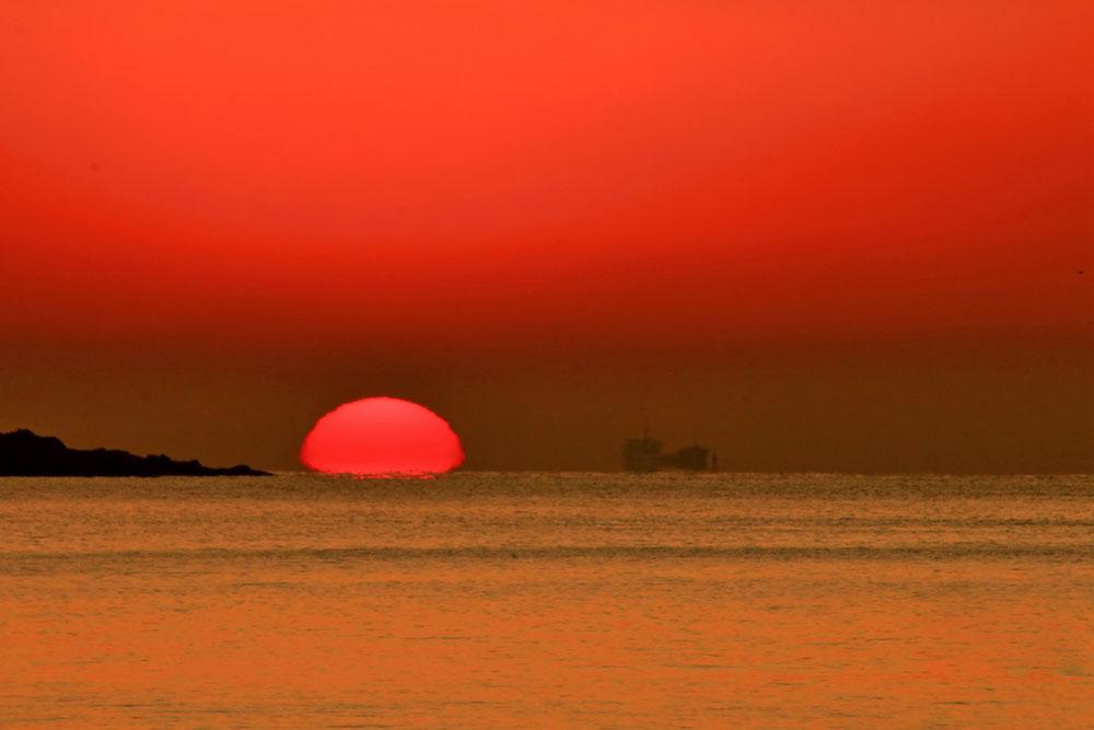 红日喷薄而出:冬季青岛,不能错过的海上日出