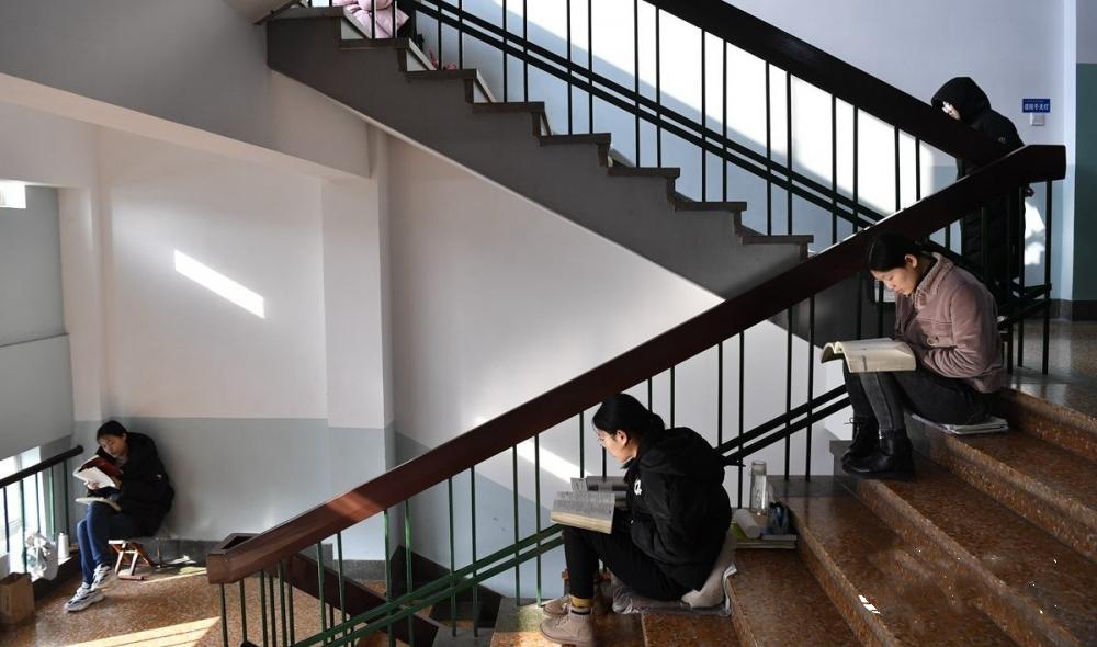 """山师大学生们楼道内备战考研 有人把""""宿舍""""都搬了过来"""