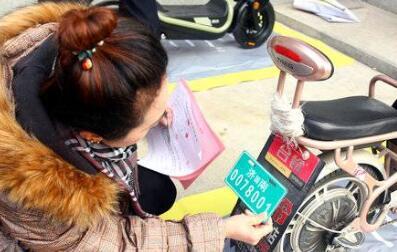 外卖小哥组团登记电动车挂牌 济南交警组建服务队上门挂牌