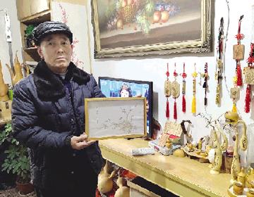 潍坊69岁老汉退休后苦练技艺 薄纸上烫画