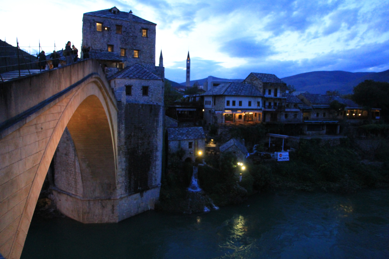 17、建于公元十六世纪、横跨内雷特瓦河的世界文化遗产莫斯塔尔桥。后被战火摧毁,于2004年7月重新复建