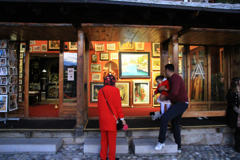 20、古城出售艺术品的店铺随处可见