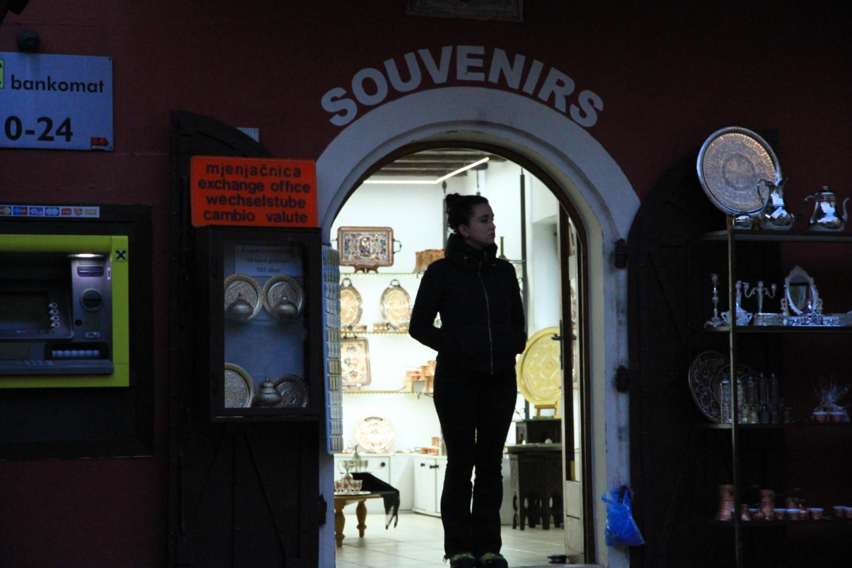 21、古城中出售地毯、珠宝首饰等特色商品的店铺