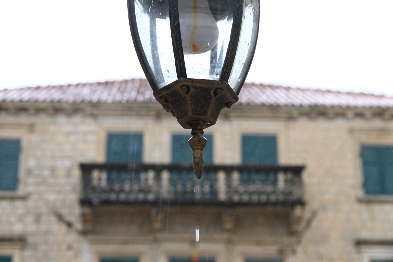 31、布德瓦古城。雨中的路灯