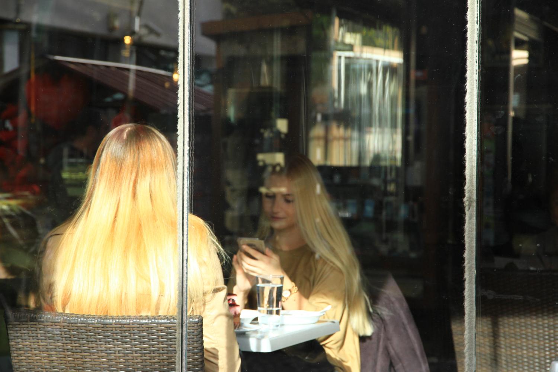 44、相对而坐的金发美女