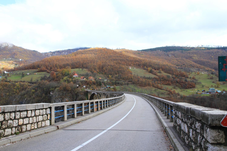 45、前南斯拉夫电影《桥》中的塔拉河峡谷大桥,是一座钢筋混凝土公路桥,全长366米