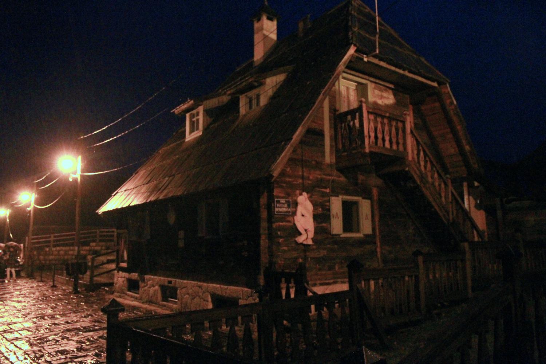 48、夜雨中的木头村,展现了典型的斯拉夫民俗