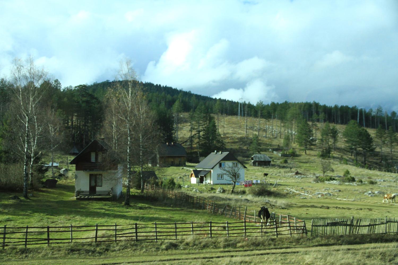 59、据介绍,塞波黑三国可与风景如画的瑞士媲美。我们在旅途中也切实感受到它的自然、恬静、峻峭---(车拍)