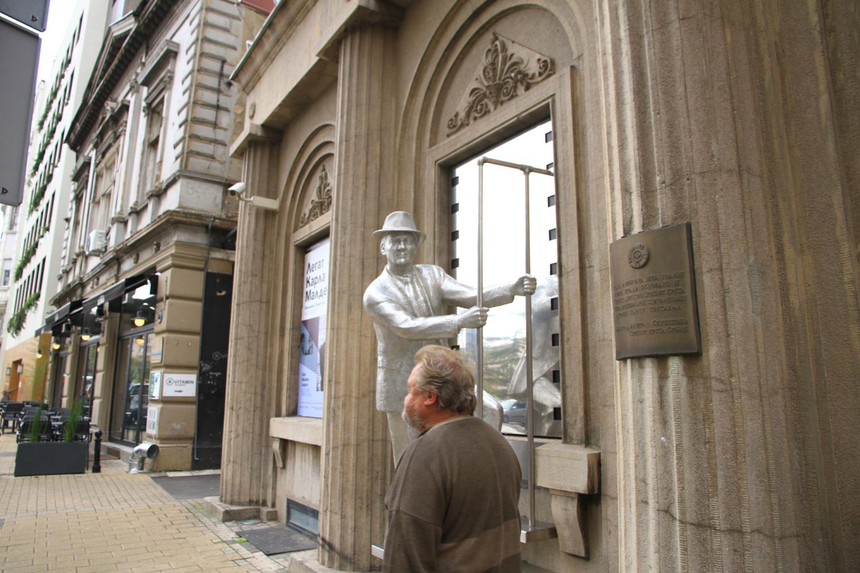 72、贝尔格莱德街头雕塑与路人
