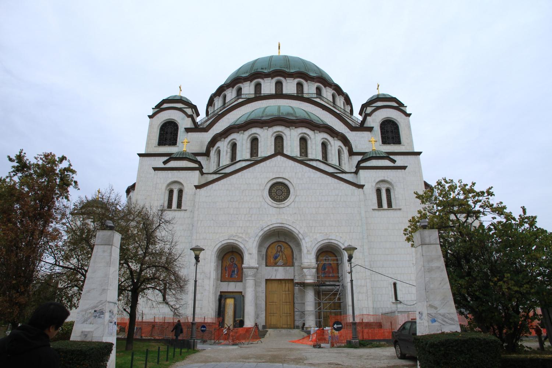 77、圣萨瓦东正教大教堂,以伊斯坦布尔圣索菲教堂为蓝本而建。二战后曾停建,现内部仍在装修