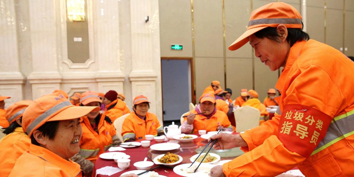 温暖一冬 青岛3000位环卫工人冬至免费吃水饺