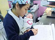 宁津护士哄抱婴儿写病历视频走红,网友:为满满的母爱点赞!