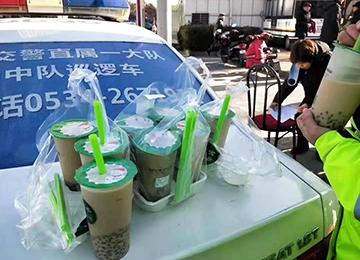 德州女交警北風中為群多電動車掛牌,暖心市民為她們點奶茶:你們致力了!