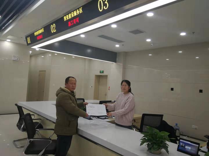 东营区行政审批服务局高新区分局办理首张建筑工程施工许可证