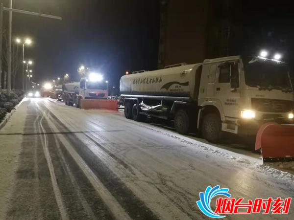 连夜奋战 市区城管部门全力应对今冬首场强降雪