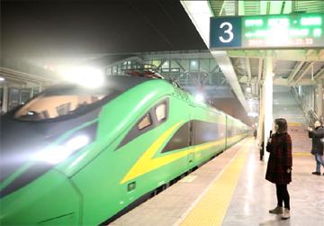 """""""绿巨人""""来了!菏泽迎来首趟动车组 前往北京时间将明显缩短"""