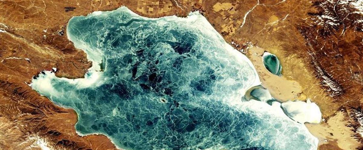 """卫星""""回眸""""青海湖:或千里冰封 或宛如碧玉"""