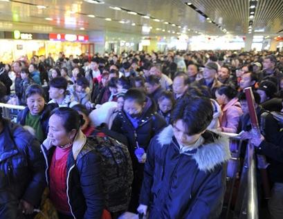 春节已近 济南火车站客流涌现