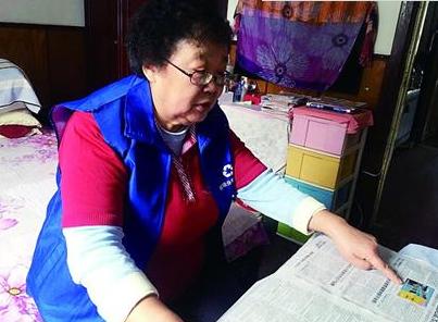 72岁垃圾分类督导员从早忙到晚 手把手指导居民
