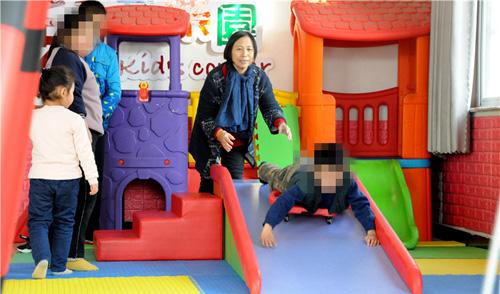 活动课上,既让孩子们玩高兴,还得保障安全,孙秀兰忙得不可开交