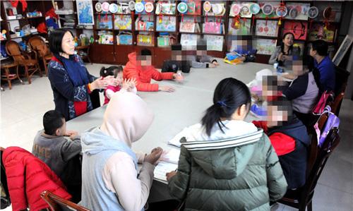 孙秀兰自己编写了针对这些孩子们的课程,让孩子们坐得住,听得进
