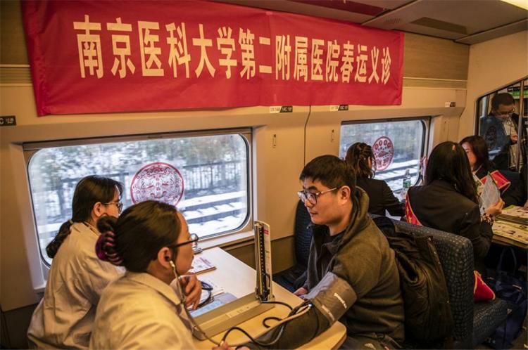 【新春走基層】奔波在鐵路上的工作人員:看別人開心回家,心里也暖暖的